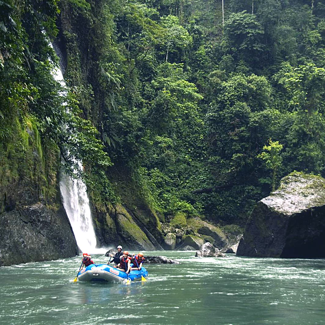 Groups rafting on Pacuare river