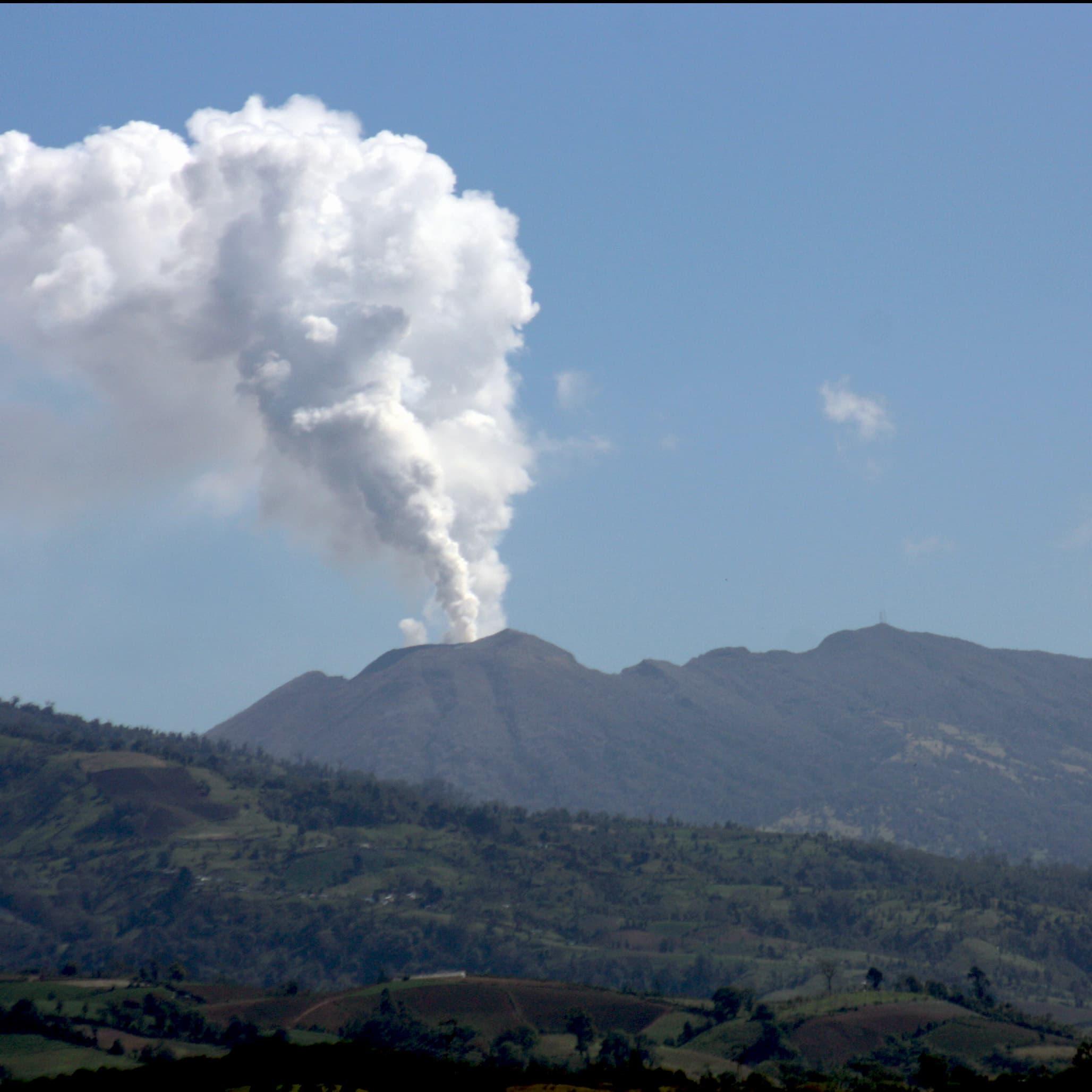 Poas volcano smoke