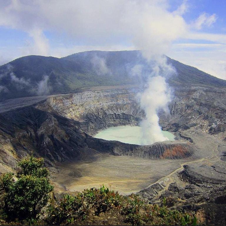 Poas smoking crater